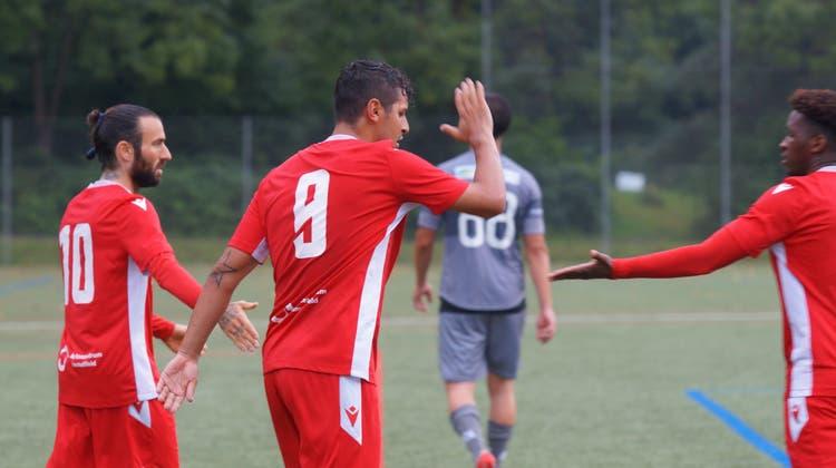 «Schlagt ein, Freunde!» Leandro Di Gregorio, Gabriel Teixeira Machado und Bondoy Itoko (von links) feiern das 2:0. (Ruedi Burkart)