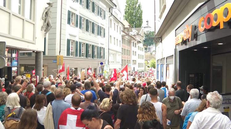 Schweizer Fahnen und keine Masken: Tausende Anti-Corona-Demonstranten ziehen durch Luzern