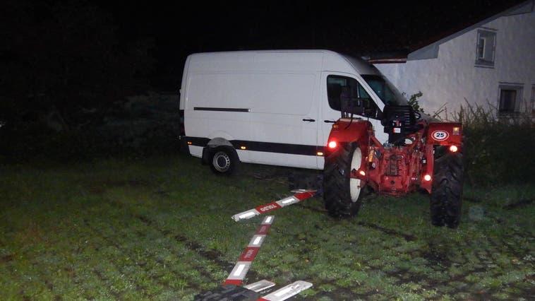 Die alkoholisiert Fahrt auf diesem Traktor endete für einen jungen Erwachsenen mit einem Selbstunfall. (Bild: kapo)