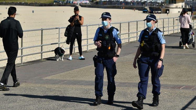 Polizei und Armee kontrollieren die Einhaltung der Corona-Massnahmen und Ausgangssperren. (Keystone)