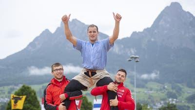 Joel Ambühl (oben) gegen Christian Bucher im 4. Gang. (Bild: Urs Flüeler / Keystone)