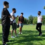 Die Jugendarbeiter Luca Baldelli (Mitte) und Angelo Schreiber (2.vl.) erklären den Jugendlichen, wie sie Abfallsünder am besten auf ihr Vergehen ansprechen sollen. (Pascal Bruhin)