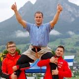 Ein überwältigter Joel Ambühl wird kurz nach dem Schlussgang-Sieg geschultert. (Marc Schumacher/Freshfocus)