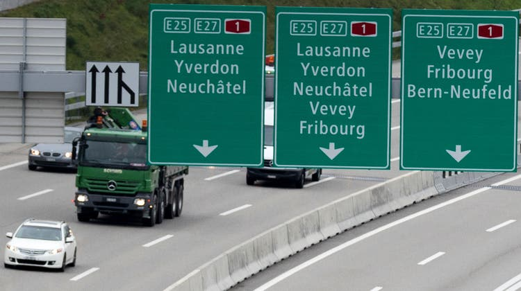Geprüft werden die Auslagerung des Autobahnbetriebs in eine öffentlich-rechtliche Anstalt oder in eine Aktiengesellschaft. Im Bild die A1 bei Härkingen SO. (Bild: Bruno Kissling)