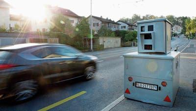 Ein Radarkasten der Polizei im Einsatz in der Stadt Luzern im Schönbüel-Quartier. (Archivbild LZ)
