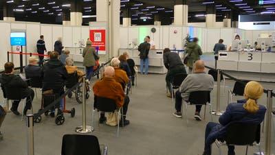 Diese Woche dürften mehr Stühle leer bleiben. Erstmals gibt es in Basel-Stadt freie Impftermine. (Kenneth Nars)