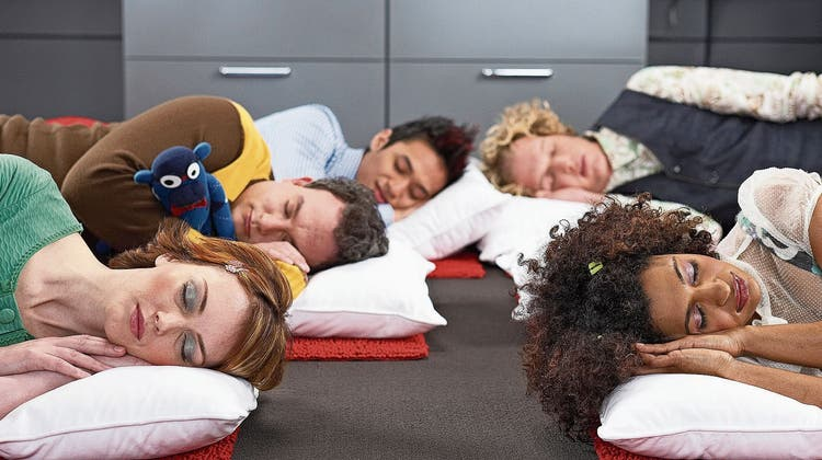 Schlafen während der Arbeit: Was die Wissenschaft zum kurzen Nickerchen herausgefunden hat