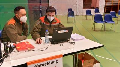 Madlaina Zanetti, links, impft einen Automobilisten gegen COVID-19, Coronavirus, ohne dass dieser aus seinem Auto aussteigen muss, im ersten Impf Drive-In der Schweiz, am Dienstag, 8. Juni 2021 im Feuerwehrmagazin von Grenchen SO. (Keystone)