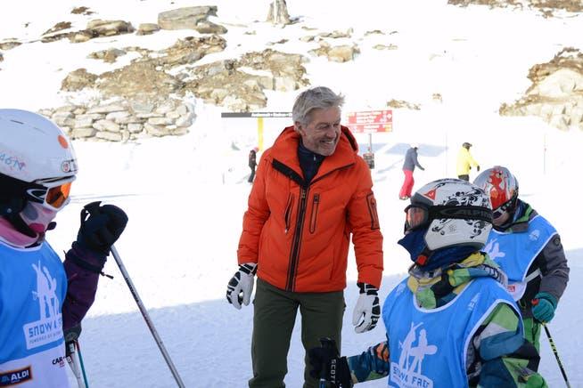Sympathieträger Bernhard Russi gibt seine Fachkompetenz auch an die jüngere Generation weiter. Hier in Andermatt am «Ski 4 free».