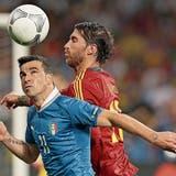 Sergio Ramos (rechts) gegen Antonio Di Natale: Mit einem 4:0 gegen Italien holt sich Spanien 2012 den EM-Titel.
