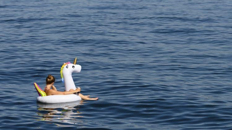 Der Sommer allein auf dem Einhorn geniessen - das geht gut, bis man sich am Strand doch wieder Gedanken über Corona machen muss. (Bild: Anthony Anex/Keystone)