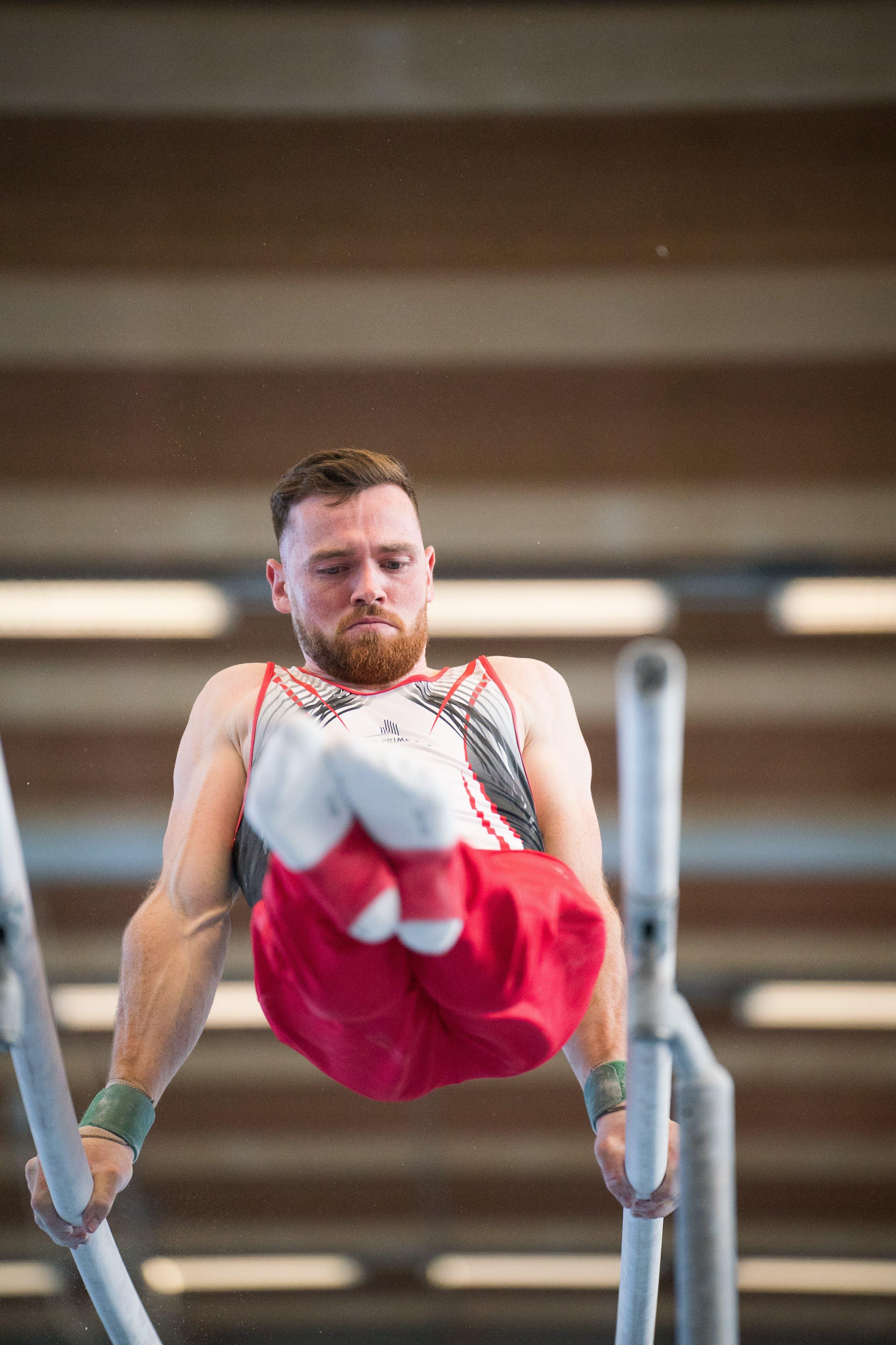 Benjamin Gischard während seine Übung am Barren an der Schweizer Meisterschaft in Kirchberg.