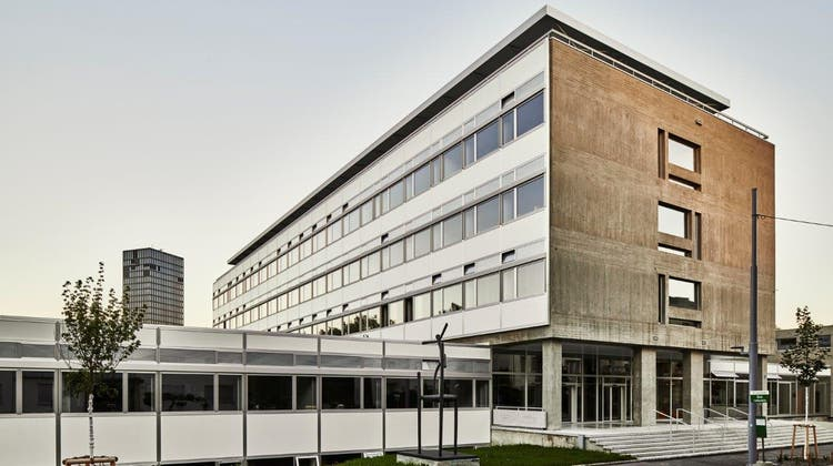 Während fünf Jahren können acht Klassen mehr die FMS in Basel besuchen. Bewährt sich die Vergrösserung, sucht der Kanton nach einer definitiven Lösung. (Kanton Basel-Stadt)