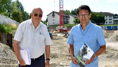 Die beiden Bauherren der «Blumenau», Otto Gehrig und Robert Ritter, auf der Baustelle in Bürglen. (Bild: Mario Testa)