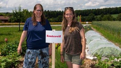 Karin Stucki (links) und Sandra Obi in ihrem Pflückgarten in Schnottwil. (Hansjörg Sahli)