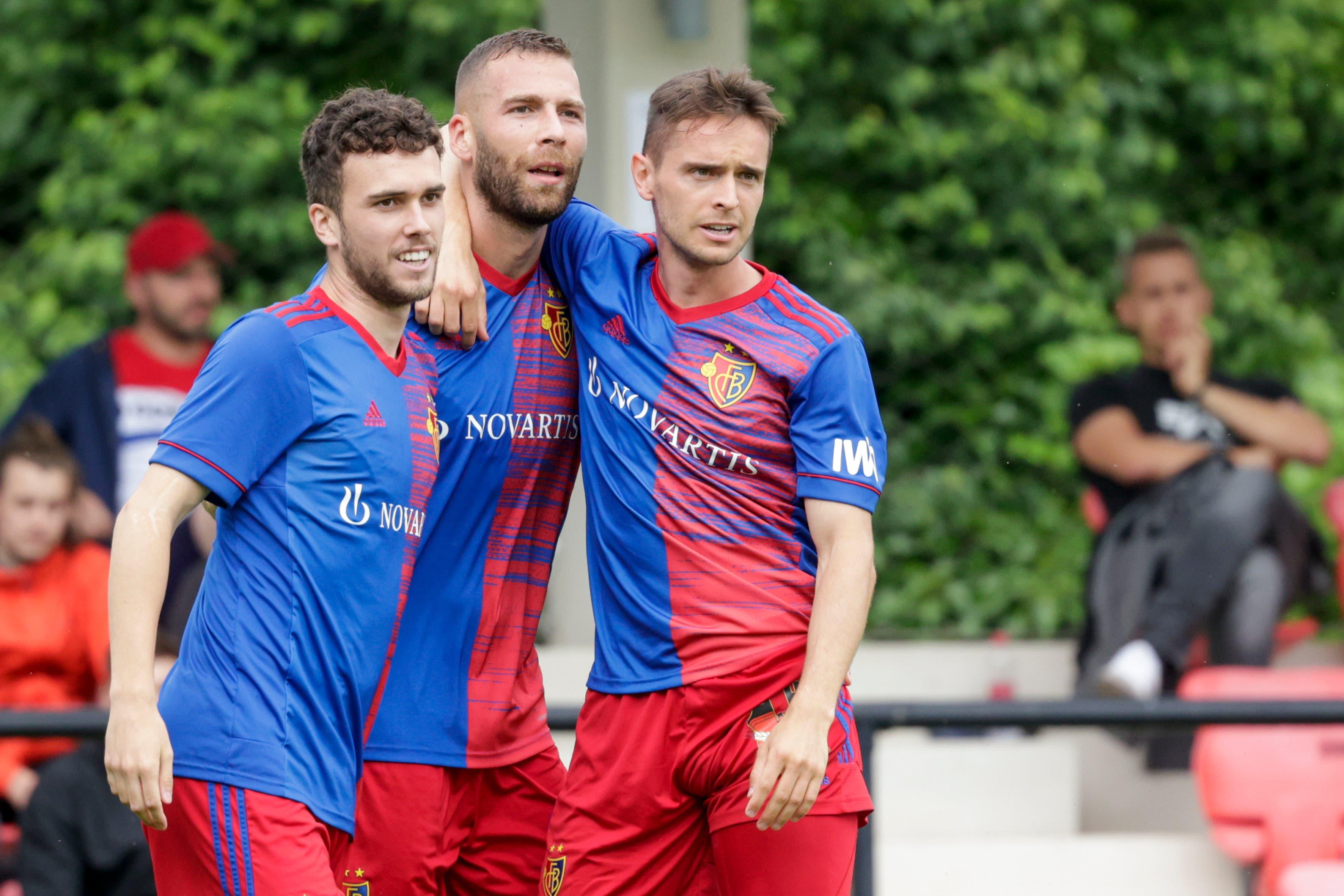 Und schon nach vier Minuten jubeln diese drei. Sergio Lopez und Jordi Quintillà sind die ersten Gratulanten bei Torschütze Pajtim Kasami.