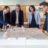 Diskutieren am Modell: Stadtrat Philipp Gemperle, Benno Gmür und Andrea Ruf von der Schweizerischen Bodensee Schifffahrt AG sowie Stadtpräsident Roger Martin. (Bild: Reto Martin)