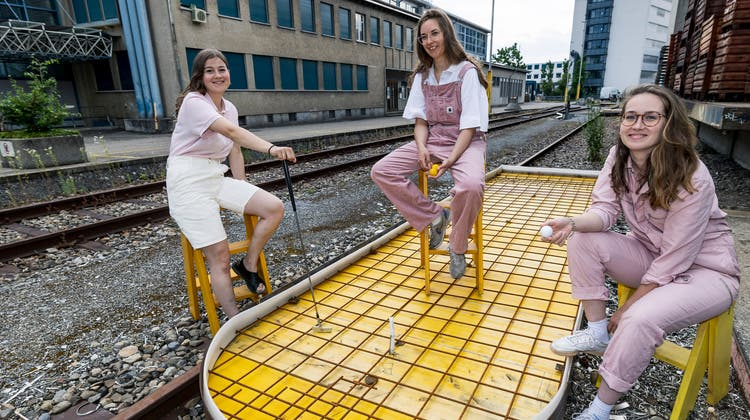 Drei junge Frauen bauen im Dreispitz an einer Minigolf-Anlage ausschliesslich aus rezykliertem Material. Auf dem Bild von links: Sarah Frey, Danaë Neuhaus, Elena Antoni. (Kenneth Nars)