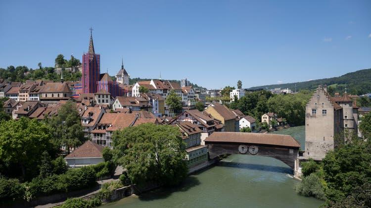 Baden ist im Sommer 2021 eine Reise wert – auch wenn die Stadtkirche wegen einer Sanierung eingerüstet ist. (Bild:Alex Spichale)