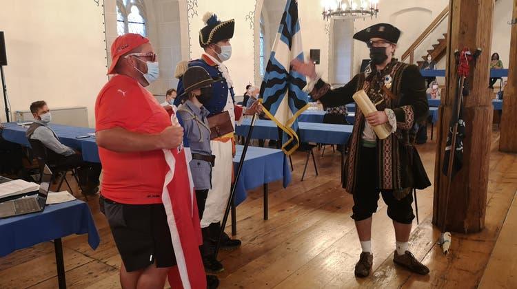 Stefan Zingg (r.) berichtet im Rittersaal vom Sieg der Freischaren und führt die Fahne und den Fähnrich der Kadetten vor. (Urs Helbling / Aargauer Zeitung)