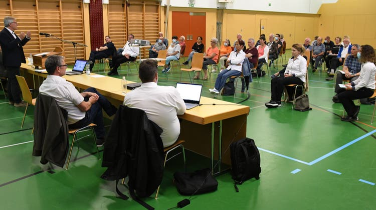 In der Mehrzweckhalle von Kradolf folgen rund 40 Einwohner den Ausführungen über das Antennenprojekt. (Bild: Georg Stelzner (Kradolf, 6. Juli 2021))