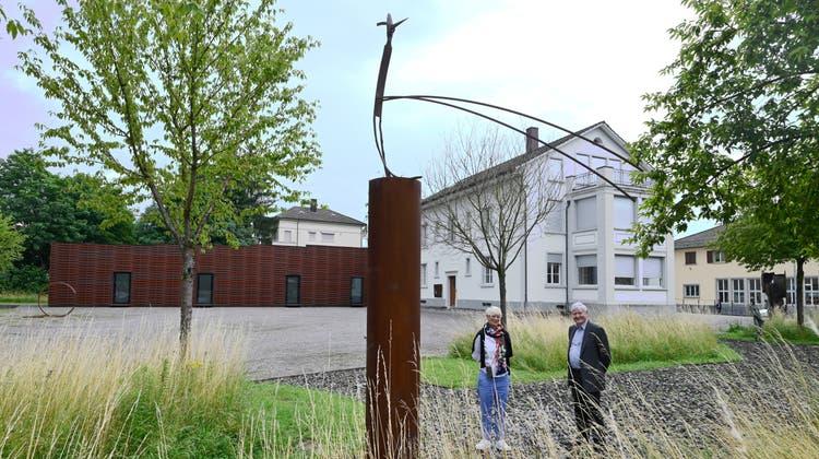 Claudine Metzger, die künstlerische Leiterin mit Hanspeter Rentsch,Stiftungspräsident des Kunsthauses Grenchen, bei der neuen Skulptur von Schang Hutter. (Oliver Menge)