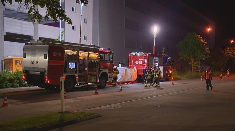 Einsatzkräfte beim Parkhaus des Fust-Logistikzentrums in Oberbüren. (Bild: BRK News (Oberbüren, 1. Juni 2021))