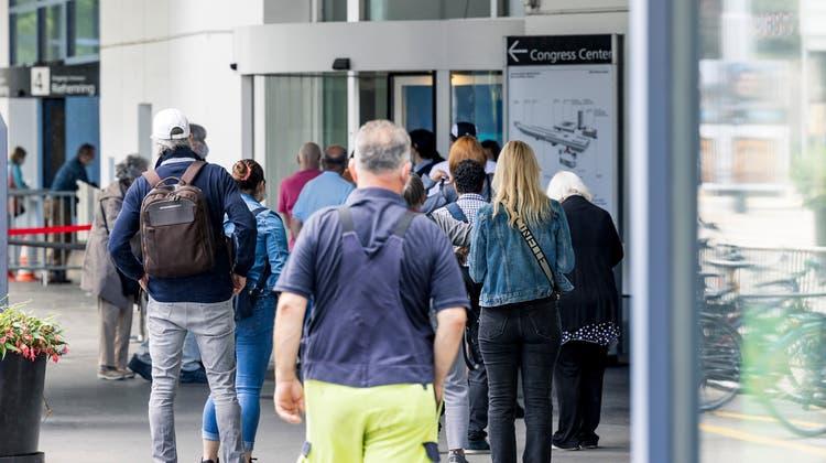 Die Warteschlange beim Walk-In-Nachmittag des Basler Impfzentrums am Mittwoch. (Kenneth Nars (7. Juli 2021))