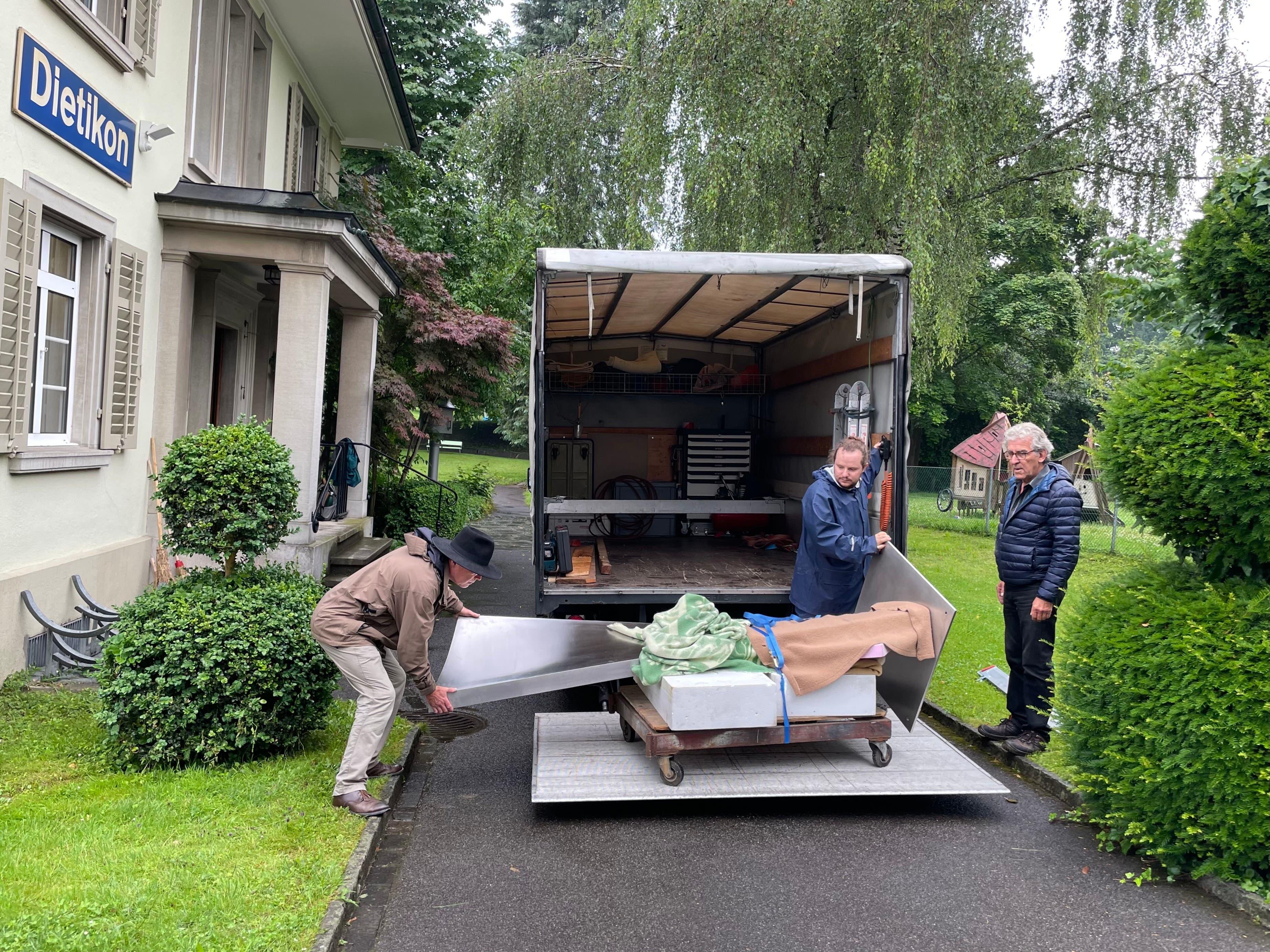 Zusammen mit Fredi Staub (links) beförderten Jürg Bracher (rechts) und Kevin Krah von der Bracher Metallgestaltung und Schmiedekunst die Plastik vom Lastwagen ...