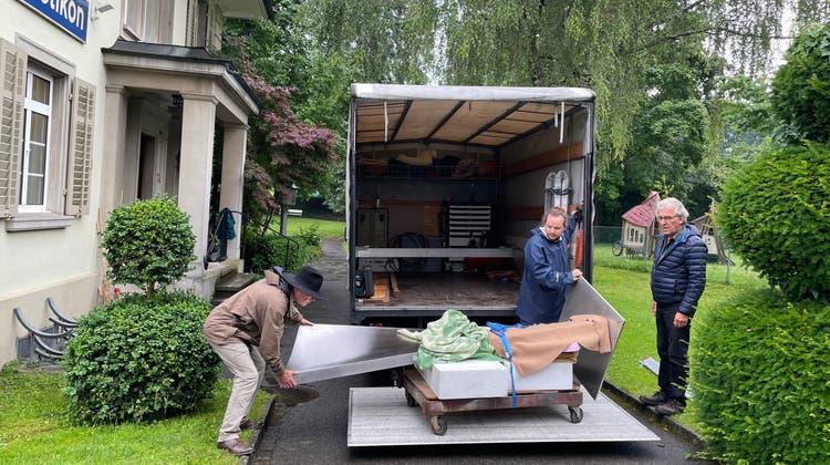 Zusammen mit Fredi Staub (links) beförderten Jürg Bracher (rechts) und Kevin Krah von der Bracher Metallgestaltung und Schmiedekunst die Plastik vom Lastwagen ... (Florian Schmitz / Limmattaler Zeitung)