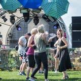 Am hellichten Tag draussen tanzen. Das geht mit Impfung oder negativem Coronatest am Daydance in Kirchberg. Im Bild Tanzende am Festival «Takt am See» in Romanshorn. (Bild: Andrea Stalder)
