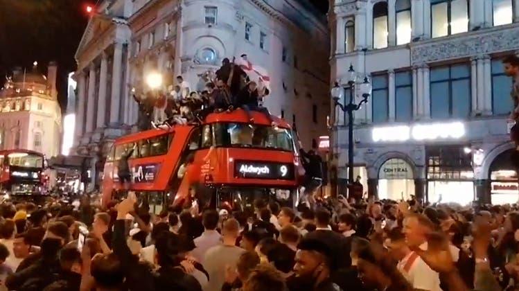 Sie steigen auf Doppeldeckerbusse, singen und tanzen: England nach EM-Sieg gegen Dänemark in Ekstase