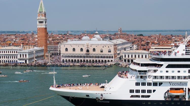 Das Dilemma der Lagunenstadt: Kreuzfahrtschiffe werden für Venedig zum Problem - und doch ist die Stadt auf die Touristen angewiesen. (Simone Padovani/Awakening / Getty Images Europe)
