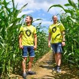 Mitten drin: die Gründer des Maislabyrinths Maila inLangrickenbach Andreas Beurer und Marc Azzali. (Bild: Donato Caspari(4. Juli 2020))