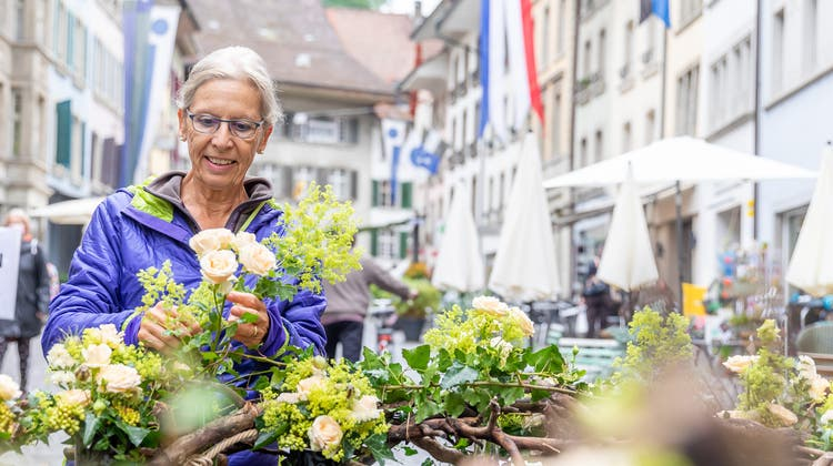 Für den Sodbrunnen in der Rathausgasse ist seit 31 Jahren der Frauenverein Lenzburg zuständig. Im Bild Präsidentin Katrin Messerli. (Fabio Baranzini)