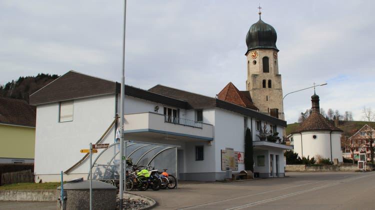 Die ehemalige Post in Mosnang soll abgerissen werden und einem dreistöckigen Wohn- und Geschäftshaus Platz machen. (Bild: Martin Knoepfel)
