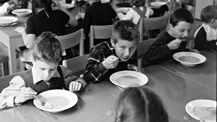 Mittagstisch im Tagesheim des Frauenvereins am Heuberg, 1967. (Bild:Staatsarchiv Basel-Stadt, BSL 1013 1-3358 1_b, Archiv Hans Bertolf.)
