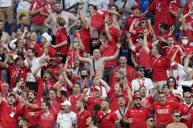 Fans der Schweizer Nationalmannschaft feiern im Stadion – ohne Maske.