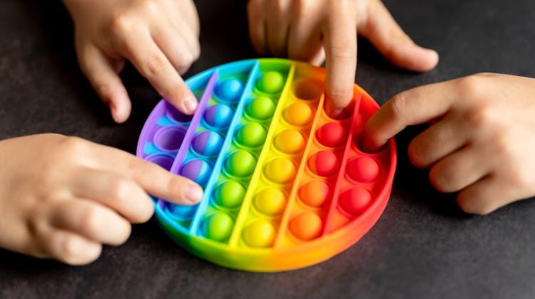 Kinderhände lieben sie: «Pop-It- Toys» sind nichts anderes als eine Art wiederverwendbare Luftpolsterfolie. (Ksenia Shestakova / iStockphoto)
