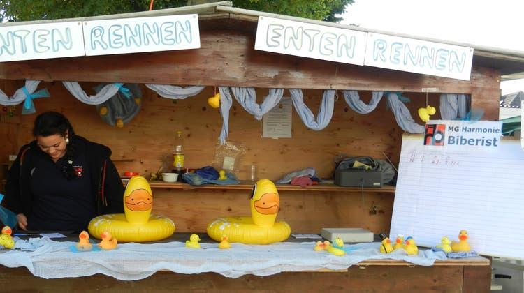 Das Enten-Rennen gehört zur Kilbi Biberist wie der Lunapark. (Rahel Meier)