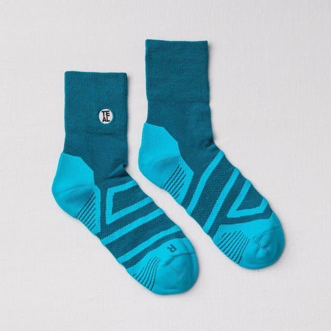Kaus kaki teal dirancang untuk beban berat selama olahraga.