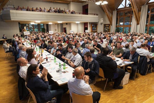 Kaum Masken zu sehen: Delegierte applaudieren einem Redner an der ausserordentlichen Delegiertenversammlung zur Wahl des neuen Präsidenten der SVP des Kantons Bern.