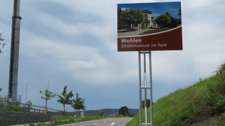 Diese touristische Hinweistafel zum Wohler «Strohmuseum im Park» eingangs Wohlen von Bremgartenher kommend war die letzte noch fehlende im Freiamt. (Marc Ribolla)