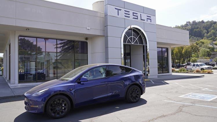 Stilvoll unterwegs und trotzdem gut für das Klima: Ein Elektroauto des US-Herstellers Tesla. (Symbolbild) (Keystone)
