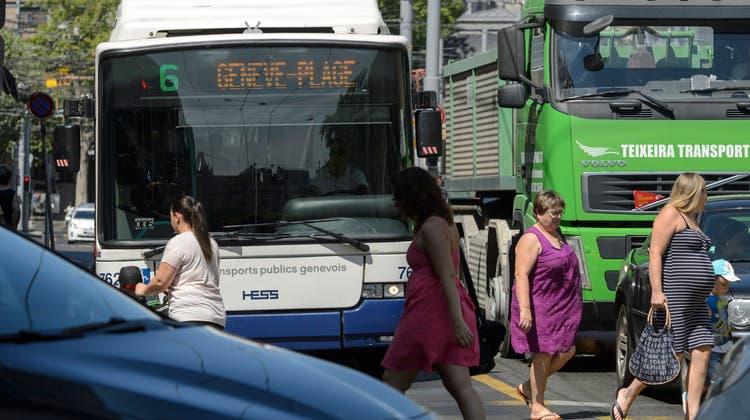 Verkehrsbusse haben es in den Städten – wie hier in Genf – schwer, einen schnellen Weg zu finden. (Keystone)