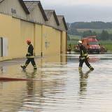 Wegen des Unwetters musste am Donnerstag die Autobahn A2 im Tessin vorübergehend in eine Richtung gesperrt werden. (Keystone)