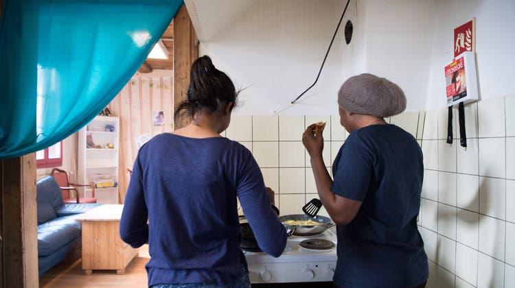 Zwei Asylsuchende kochen an einem Tag der offenen Tür in ihrer Wohngemeinschaft. (Anthony Anex/Key)