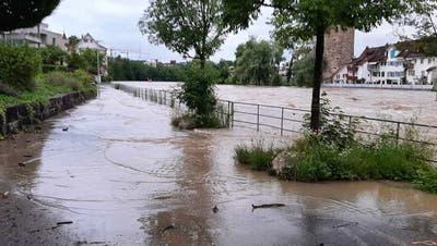 Im Bereich des Wällismühlewegs trat die Reuss über die Ufer. (Bild: mzm)