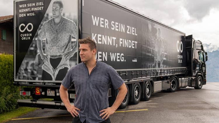 Der echte Curdin Orlik vor seinem Truck-Ebenbild. (zvg)