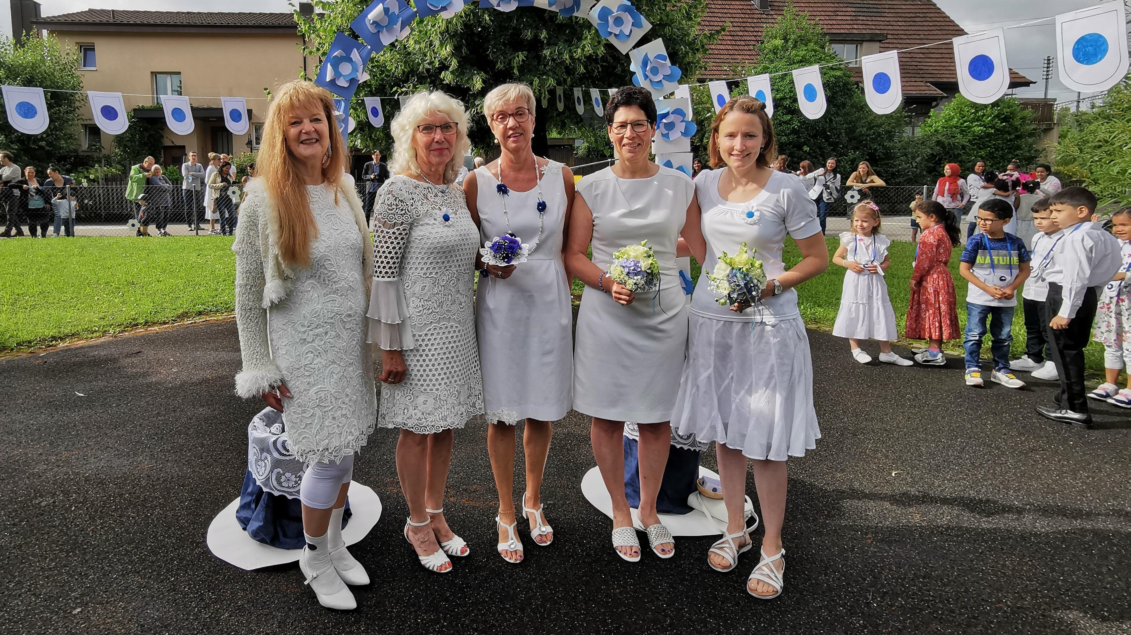 Die Kindergärtnerinnen Edith Gloor, Rosmarie Hochuli, Renat Köchli-Buri und Maya Herzog mit Schulpflegepräsidentin Susanne Buri (Mitte).